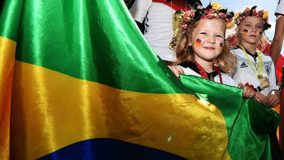 Torcedores da Alemanha seguram uma bandeira do Brasil antes da final da Copa contra a Argentina, no Rio