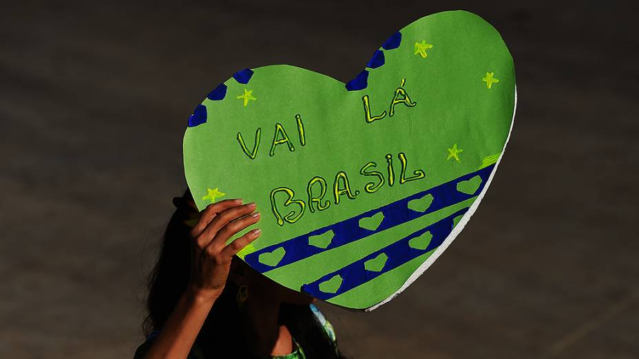 Torcedora segura placa antes do jogo entre Brasil e Colômbia no Castelão, em Fortaleza