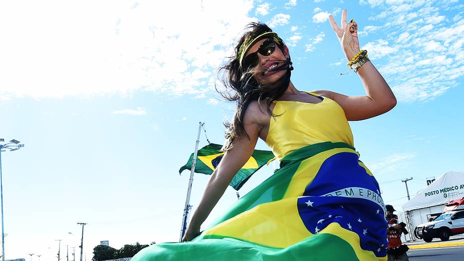 Torcedora do Brasil chega no Castelão para o jogo contra a Colômbia, em Fortaleza