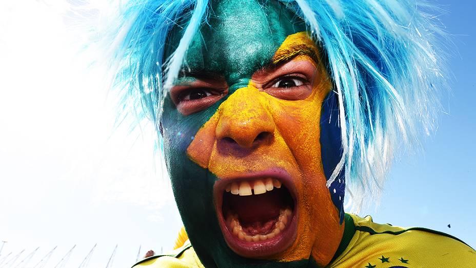 Torcedor do Brasil posa para foto em frente ao Castelão antes do jogo contra a Colômbia, em Fortaleza
