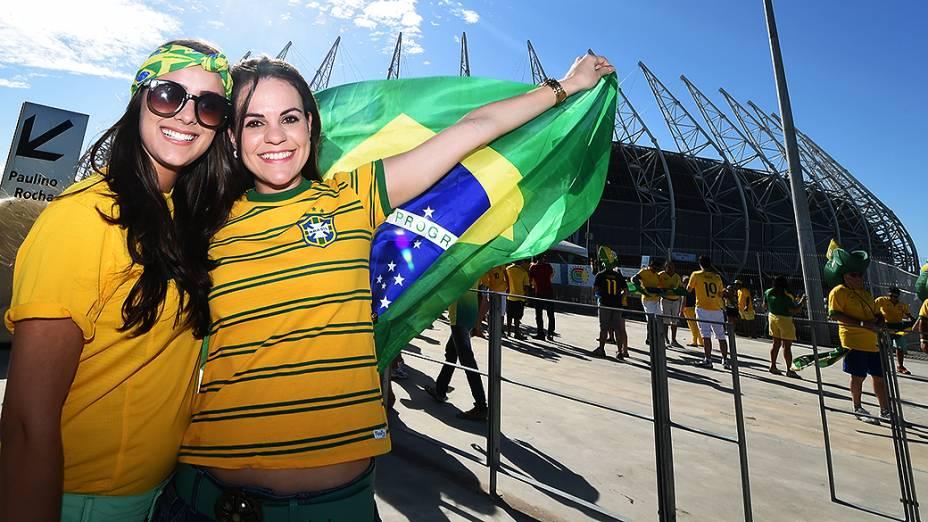 Torcedoras do Brasil posam para foto em frente ao Castelão, em Fortaleza