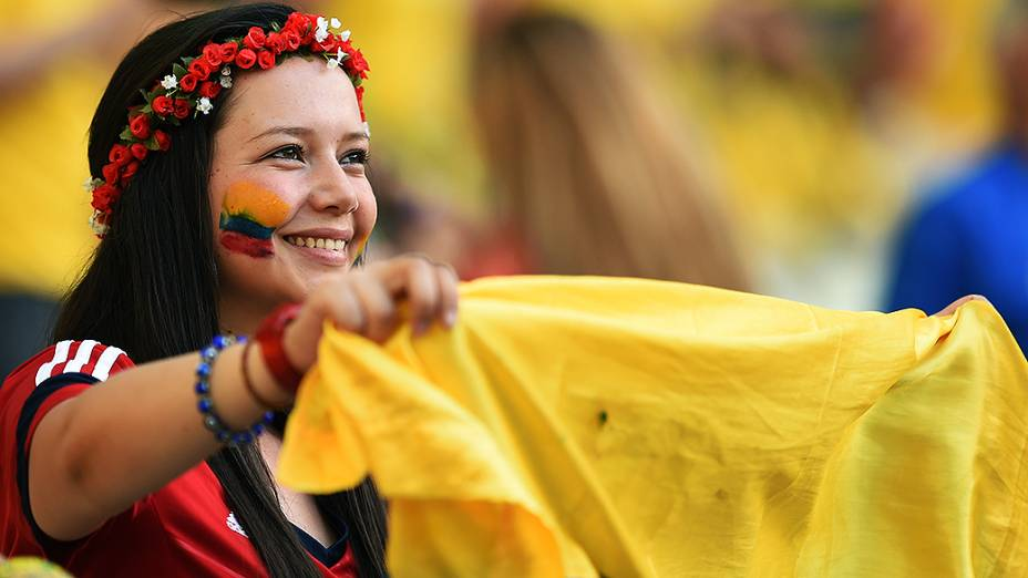 Torcedora da Colômbia aguarda o início do jogo contra o Brasil no Castelão, em Fortaleza