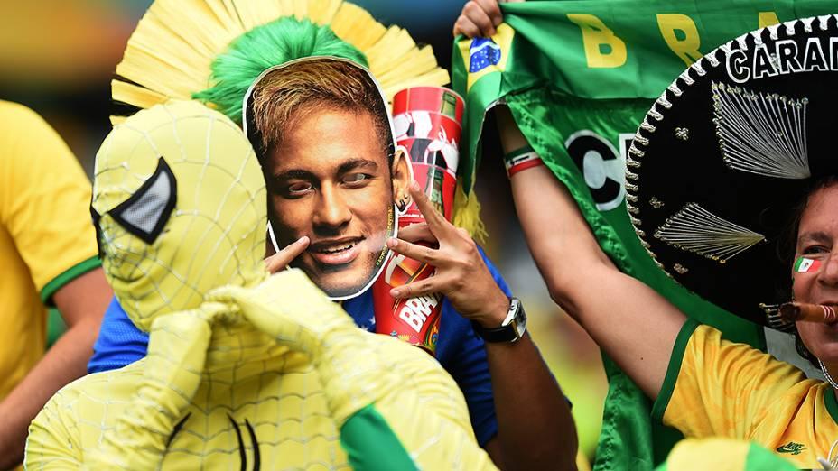 Torcedores do Brasil usam máscara de Neymar antes do jogo contra a Alemanha no Mineirão, em Belo Horizonte