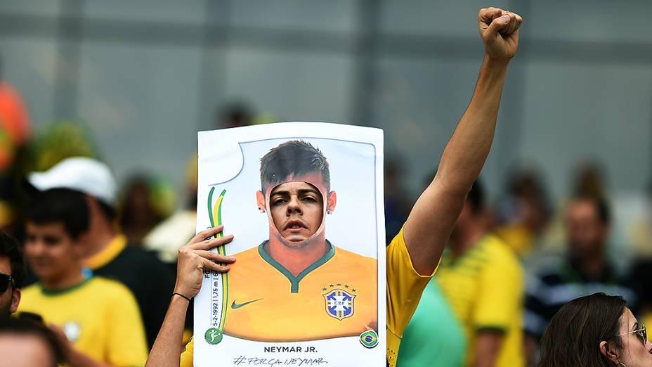 Torcedor do Brasil aparece atrás de um figurinha gigante de Neymar no jogo contra a Alemanha, no Mineirão em Belo Horizonte