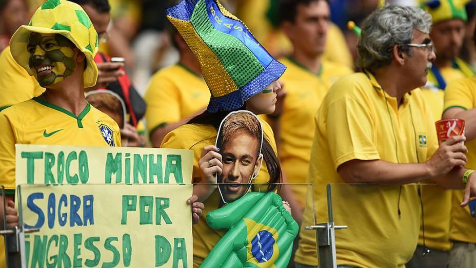 Torcedores do Brasil aguardam início do jogo contra a Alemanha no Mineirão, em Belo Horizonte