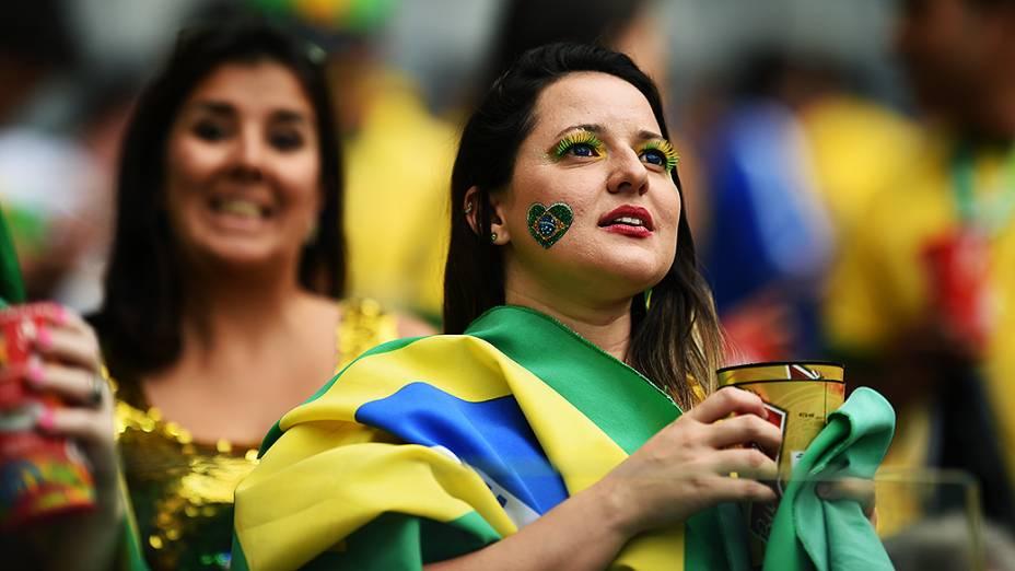 Torcedora do brasil aguarda o início do jogo contra a Alemanha no Mineirão, em Belo Horizonte