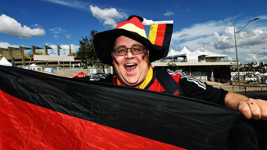 Torcedor com a bandeira da Alemanha chega para a partida contra o Brasil no Mineirão, em Belo Horizonte
