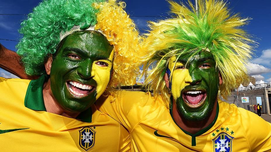 Torcedores pintam o rosto com a bandeira do Brasil para a semifinal contra a Alemanha no Mineirão, em Belo Horizonte