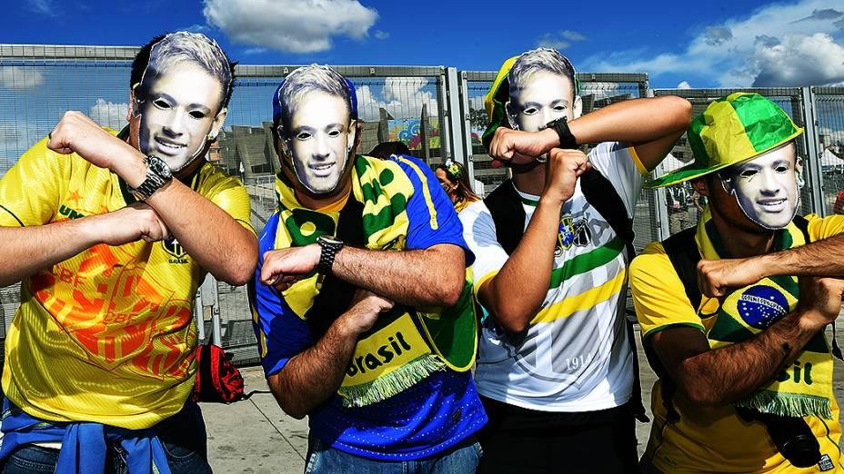 Torcedores usam máscaras homenageando o craque Neymar que está fora da Copa após sofrer uma lesão na coluna, antes da partida decisiva contra a Alemanha no Mineirão, em Belo Horizonte