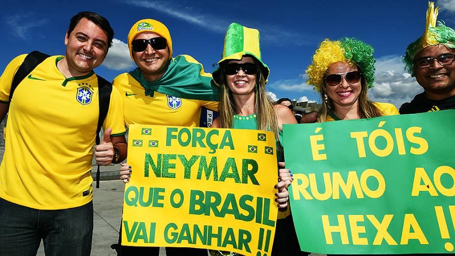 Torcedores levam cartazes para homenagear o craque Neymar que está fora da Copa após sofrer uma lesão na coluna, antes da partida decisiva contra a Alemanha no Mineirão, em Belo Horizonte