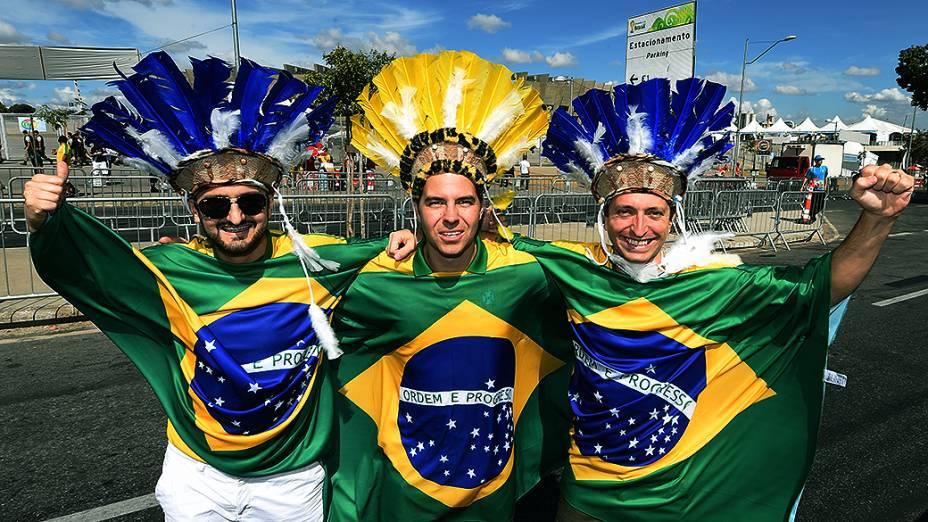 Torcedores vestem a bandeira do Brasil para a partida contra a Alemanha no Mineirão, em Belo Horizonte