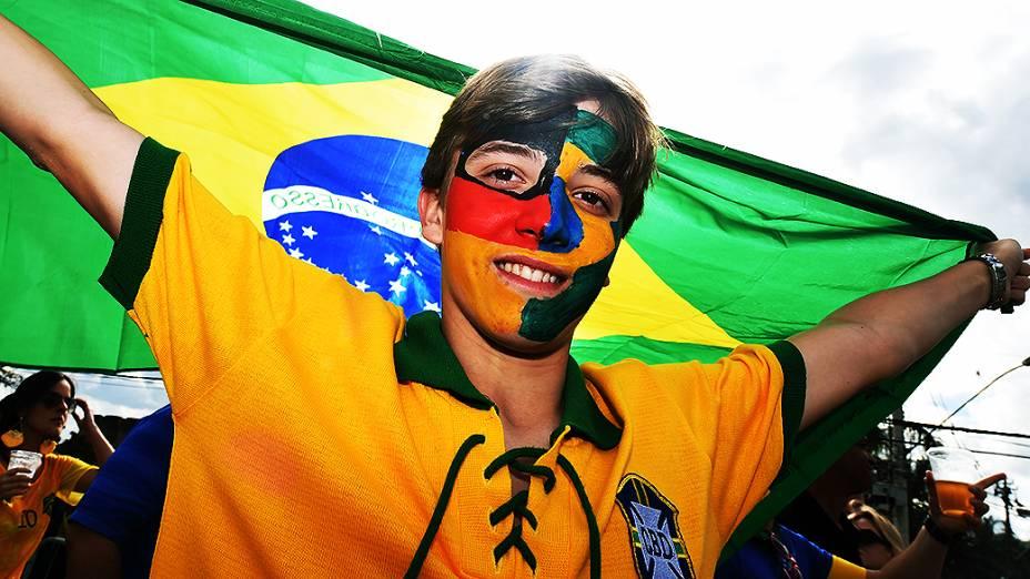 Torcedor do pinta o rosto metade bandeira do Brasil metade da Alemanha, em Belo Horizonte