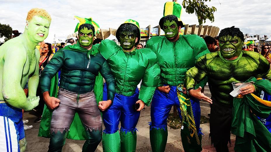 Torcedores do Brasil se fantasiam do personagem Hulk para o jogo contra a Alemanha no Mineirão, em São Paulo