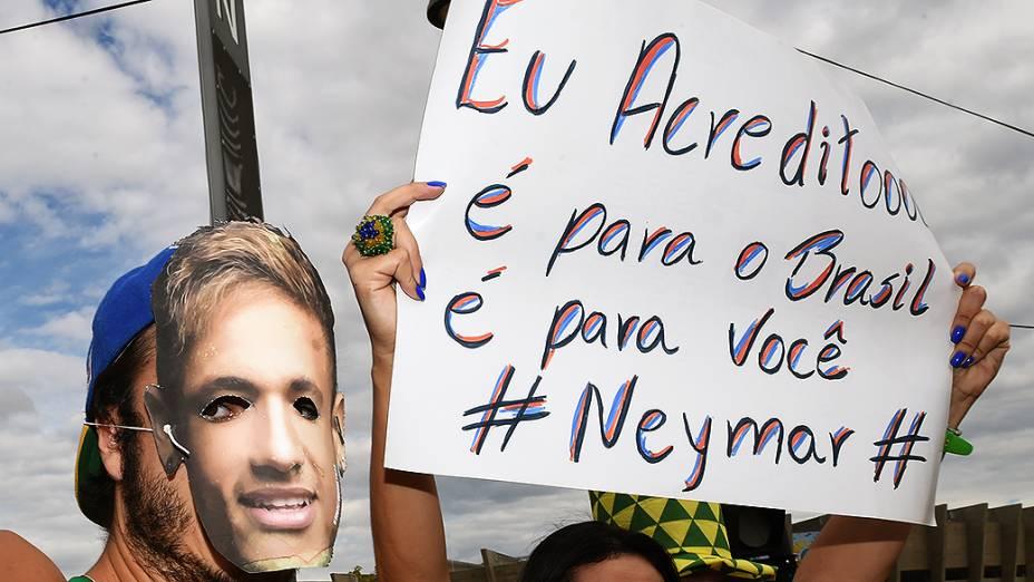 Torcedores do Brasil exibem cartaz antes do jogo contra a Alemanha, em Belo Horizonte
