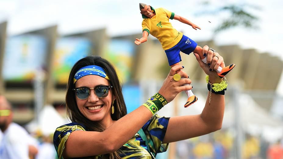 Torcedora do Brasil segura um boneco de Neymar antes do jogo contra a Alemanha no Mineirão, em Belo Horizonte