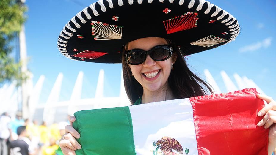 Torcedora mexicana chega ao Castelão para partida entre Brasil e México, pela Copa das Confederações, nesta quarta-feira (19), em Fortaleza