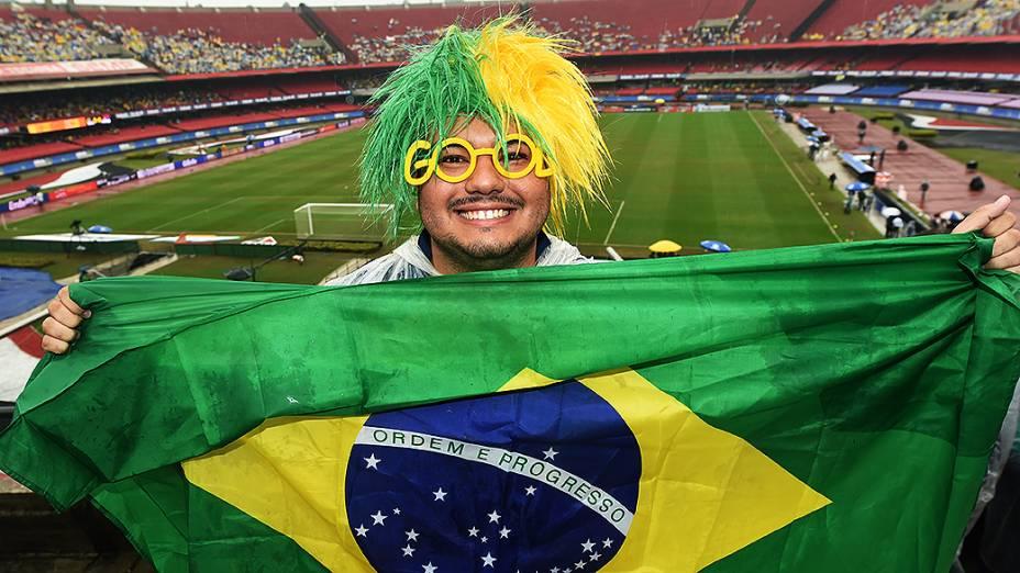 Torcedor mostra a bandeira do Brasil antes do amistoso contra a Sérvia no estádio do Morumbi, em São Paulo