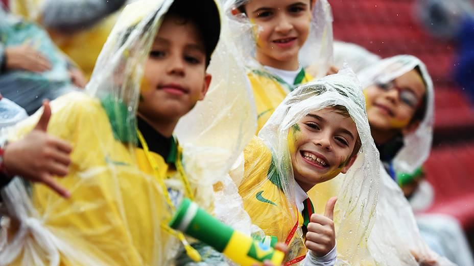 Crianças posam para foto antes do amistoso entre Brasil e Sérvia, em São Paulo