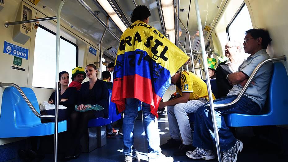 Torcedor da Colômbia usa o metrô para chegar à abertura da Copa noItaquerão, em São Paulo