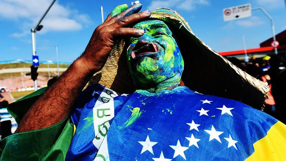 Torcedor do Brasil chega para a abertura da Copa no Itaquerão, em São Paulo