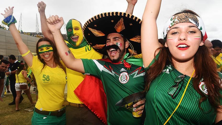 Torcedores de Brasil e México posam para foto antes do jogo no Castelão, em Fortaleza