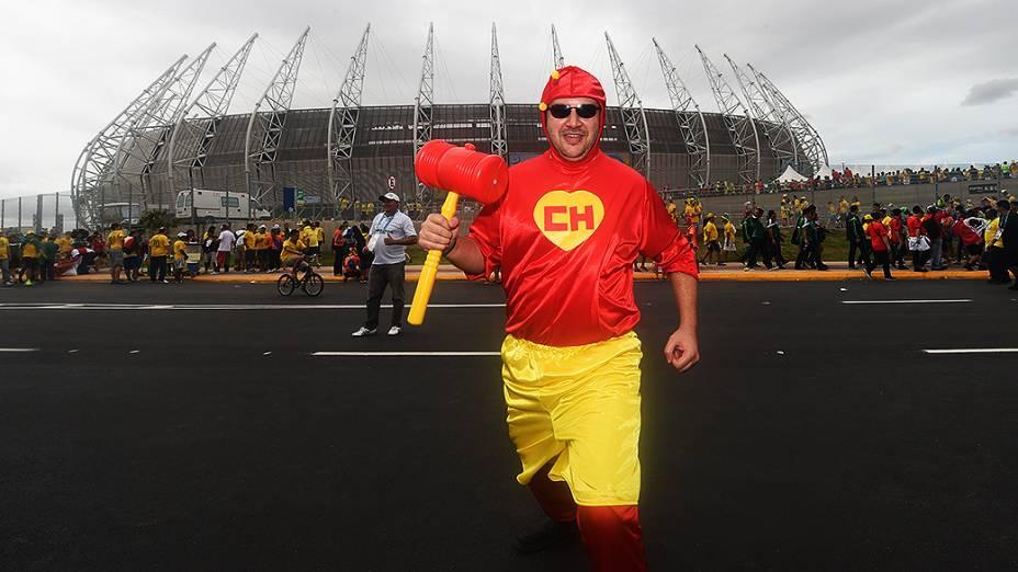 Torcedor usa fantasia do personagem Chapolin antes do jogo entre Brasil e México no Castelão, em Fortaleza