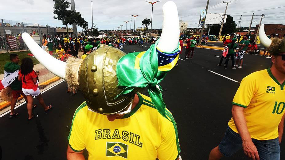 Torcedores chegam para o jogo entre Brasil e México no Castelão, em Fortaleza