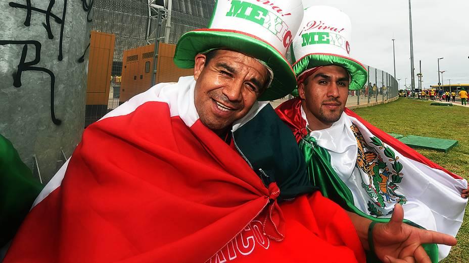Torcedores do México posam para foto em frente ao Castelão, em Fortaleza