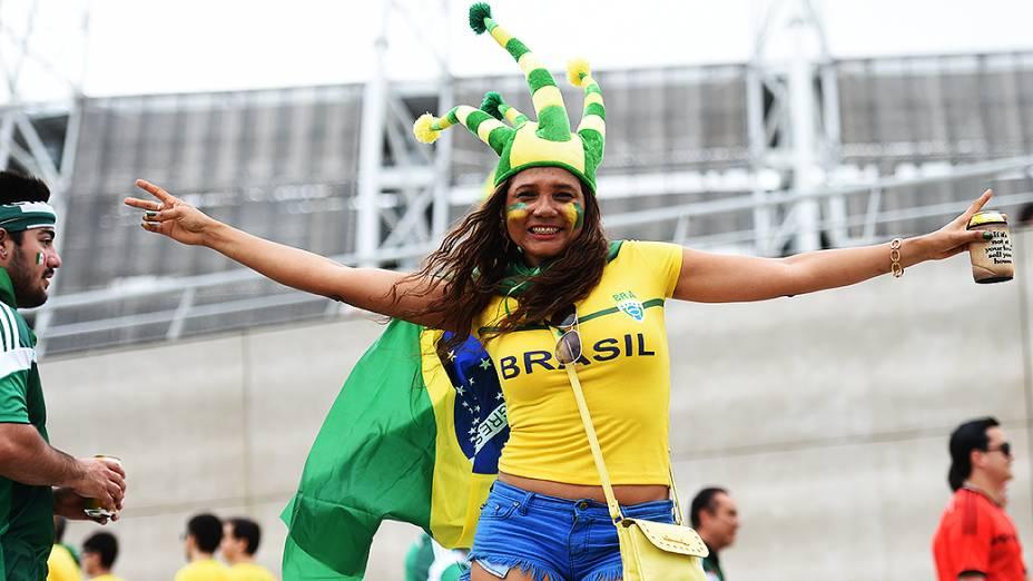 Torcedora brasileira posa para foto em frente ao Castelão, em Fortaleza