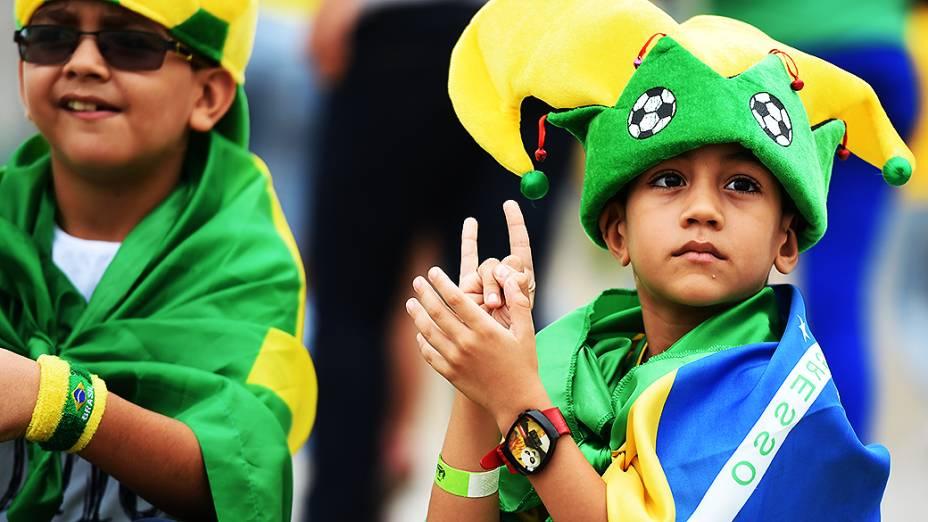 Menino aguarda o início do jogo entre Brasil e México no Castelão, em Fortaleza