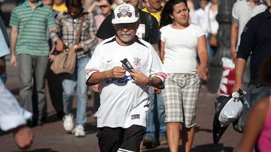 Torcedor do Corinthians caminha pela avenida São João, em São Paulo