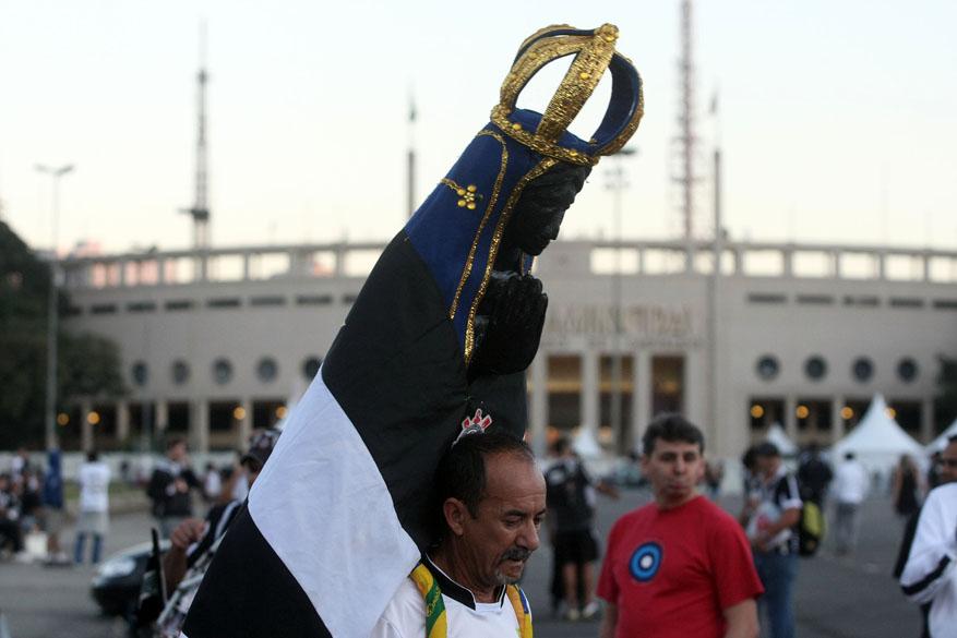Torcedor carrega imagem de Nossa Senhora Aparecida antes da final da Libertadores