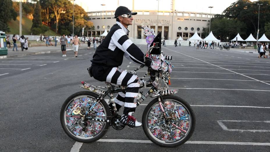Torcedor do Corinthians anda de bicicleta nas proximidades do estádio do Pacaembu, em São Paulo
