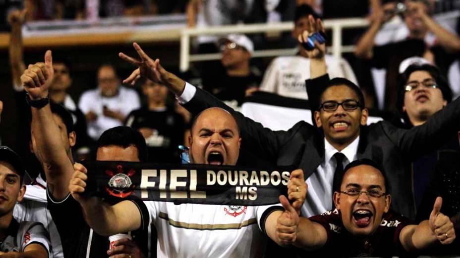Torcedores do Corinthians no Pacaembu antes do início do jogo decisivo da Libertadores