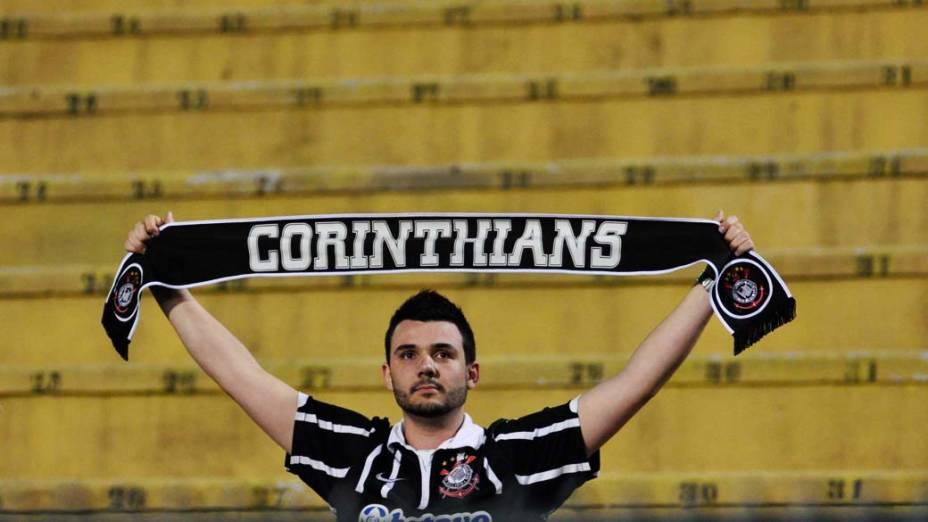 Torcedor do Corinthians no Pacaembu antes do início do jogo decisivo da Libertadores