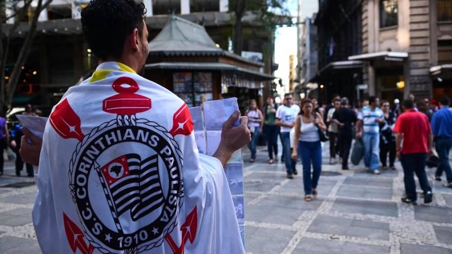 Corinthiano com a bandeira do time no centro de São Paulo