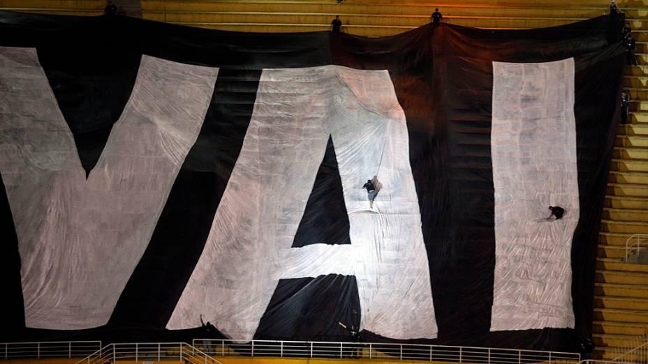 Torcedores preparam bandeira antes da partida entre Corinthians x Boca Juniors, pela final da Libertadores no Pacaembu