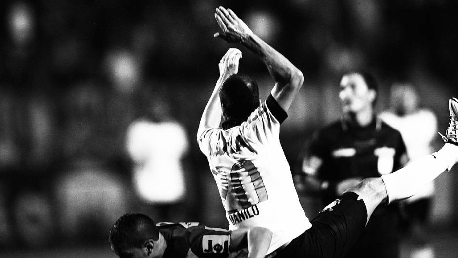 Danilo disputa a bola durante partida entre Corinthians e San José pela Libertadores