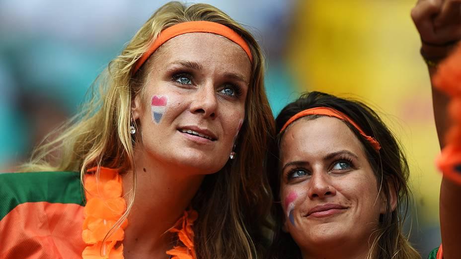 Torcedoras aguardam partida entre Holanda e Costa Rica, na arena Fonte Nova, em Salvador