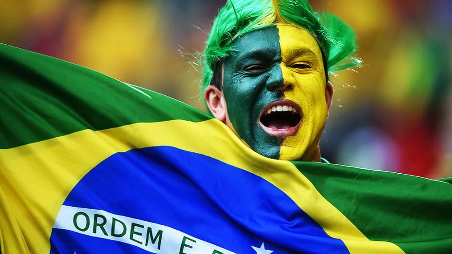 Torcedor brasileiro aguarda o início do jogo contra Camarões no Mané Garrincha, em Brasília