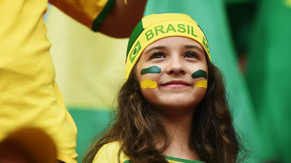 Criança aguarda o início do jogo entre Brasil e Camarões no Mané Garrincha, em Brasília
