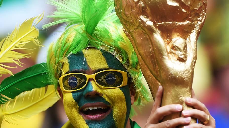 Torcedore brasileiros aguardam o início do jogo contra Camarões no Mané Garrincha, em Brasília
