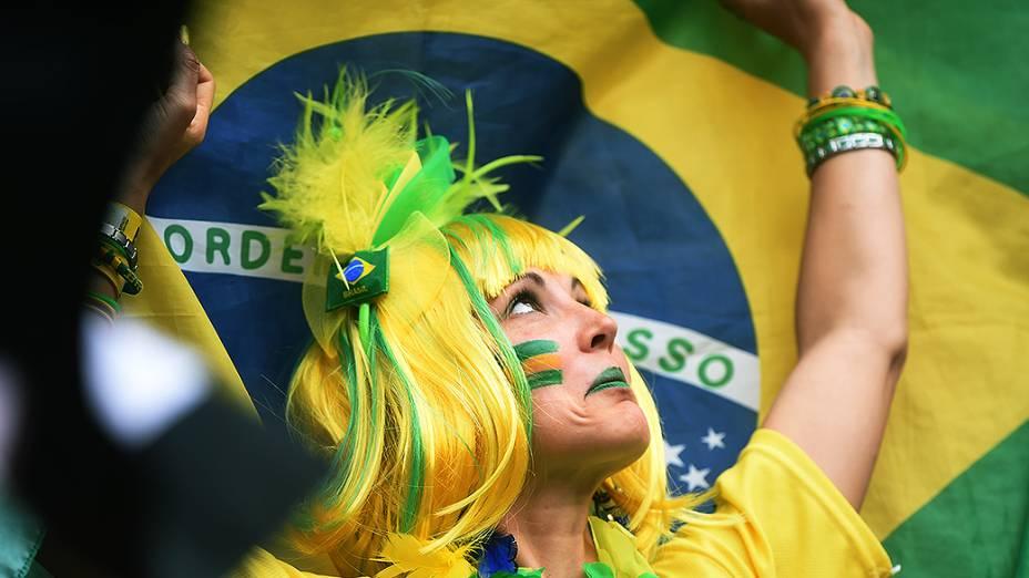 Torcedora brasileiraaguardao início do jogo contra Camarões no Mané Garrincha, em Brasília