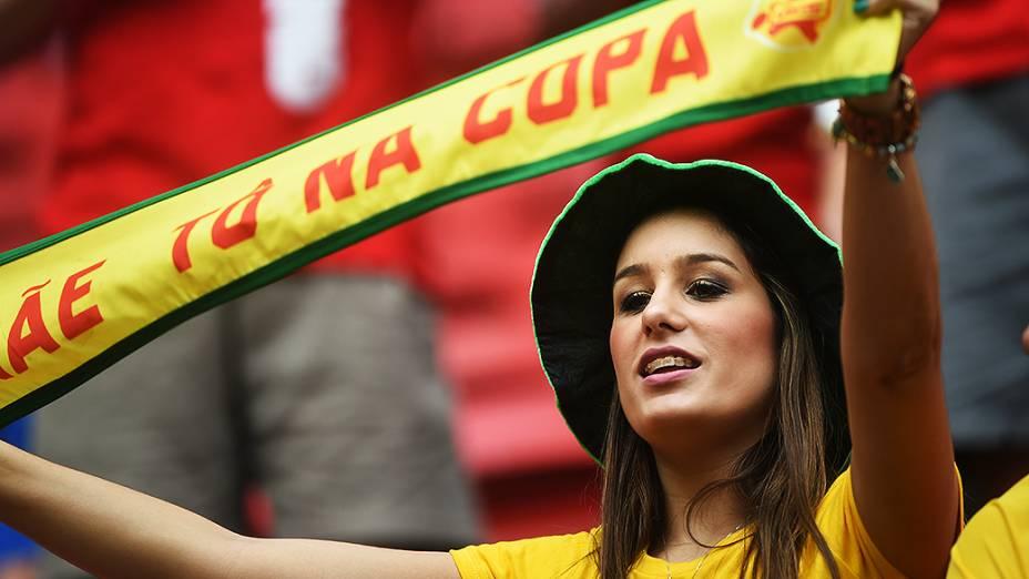 Torcedora brasileira aguarda o início do jogo contra Camarões no Mané Garrincha, em Brasília