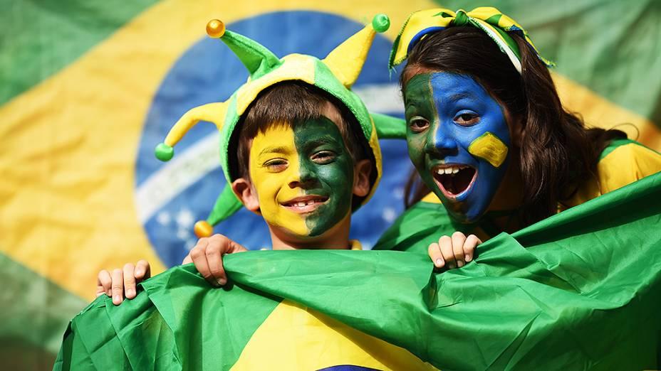 Crianças aguardam o início do jogo entre Brasil e Camarões no Mané Garrincha, em Brasília