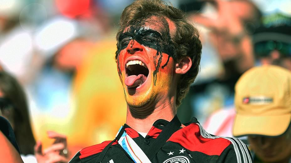 Torcedor da Alemanha aguarda o início do jogo contra a Argentina na final da Copa no Maracanã, no Rio