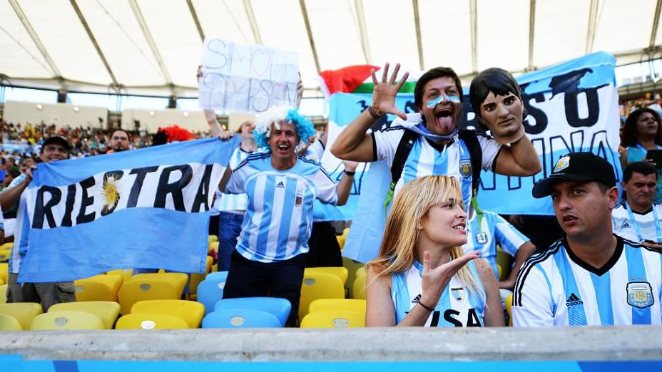 Torcedores da Argentina aguardam o início do jogo contra a Alemanha na final da Copa no Maracanã, no Rio