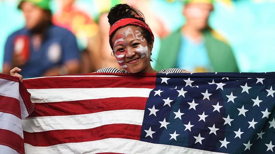 Torcedora dos Estados Unidos aguarda o início do jogo contra a Bélgica na Arena Fonte Nova, em Salvador
