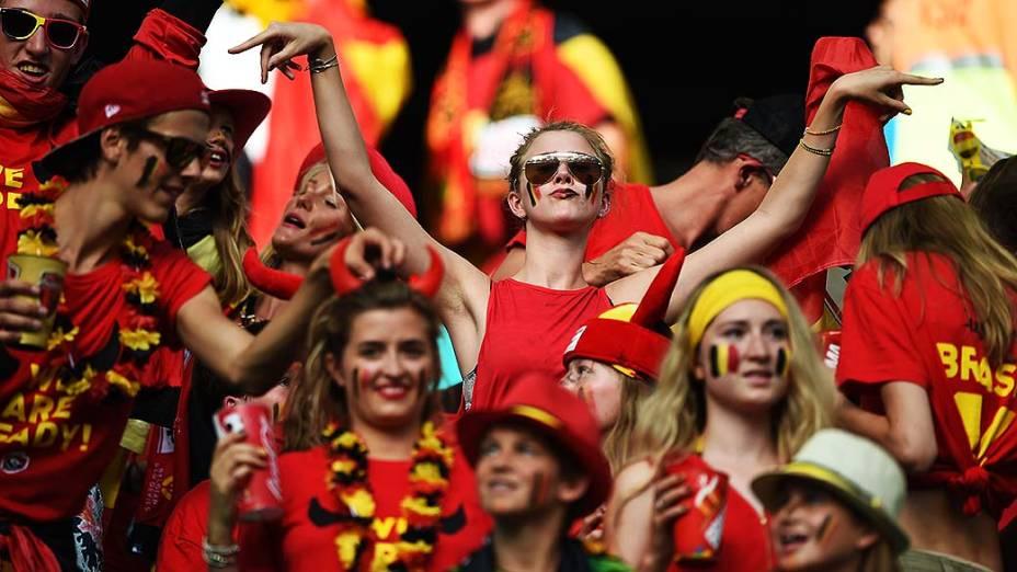 Torcedores da Bélgica aguardam o início do jogo contra os Estados Unidos na Arena Fonte Nova, em Salvador