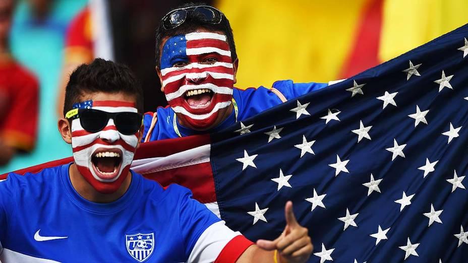 Torcedores dos Estados Unidos aguaradam o início do jogo contra a Bélgica na Arena Fonte Nova, em Salvador